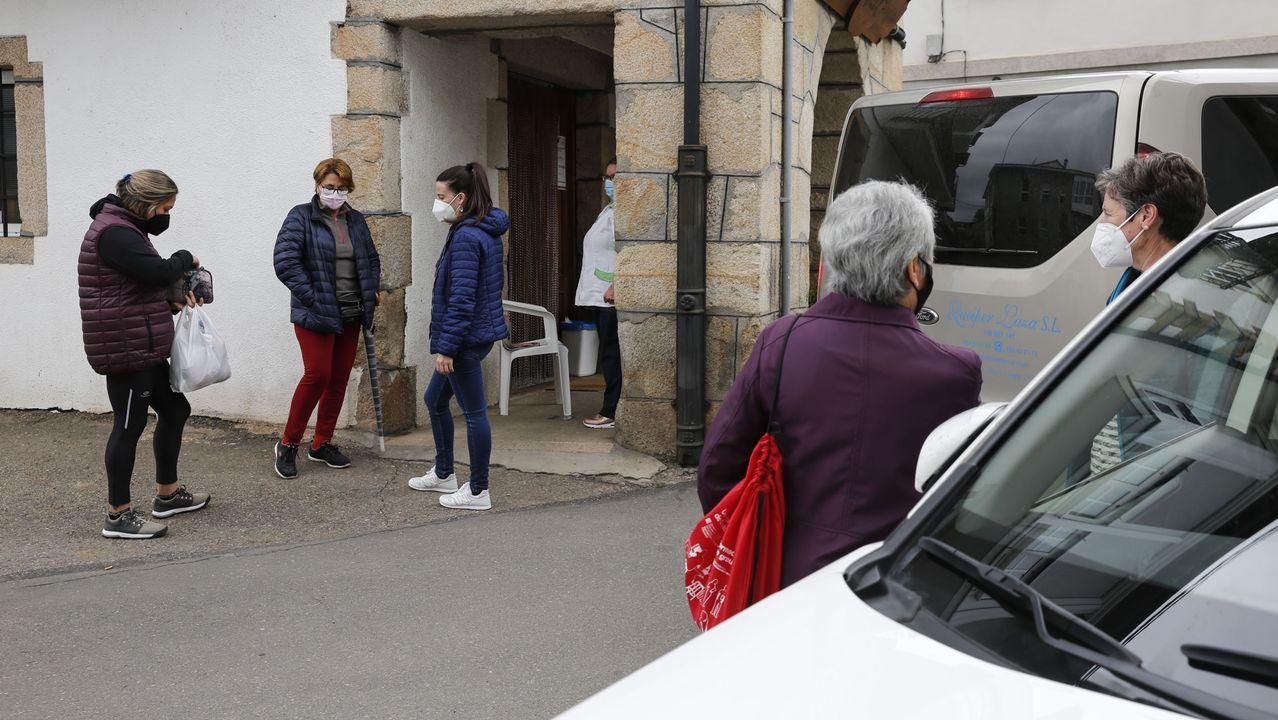 Vecinos de Laza conversando sobre lo ocurrido