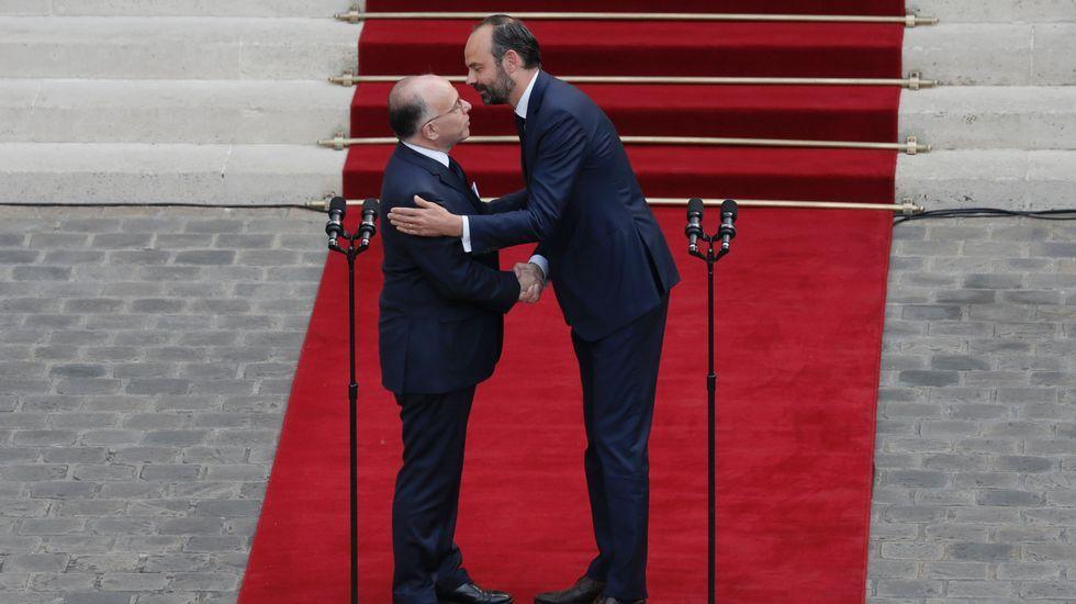 Philippe abraza a su predecesor Cazeneuve, en el traspaso de poderes en Matignon.