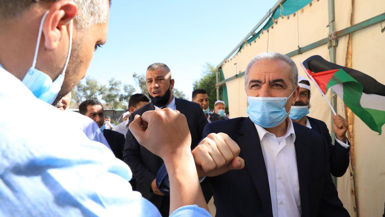 Imágenes de la pandemia en el mundo.El primer ministro palestino, Mohamad Shtayyeh, a su llegada a la reunión de la OLP en el pueblo de Fasayil, en el valle del Jordán