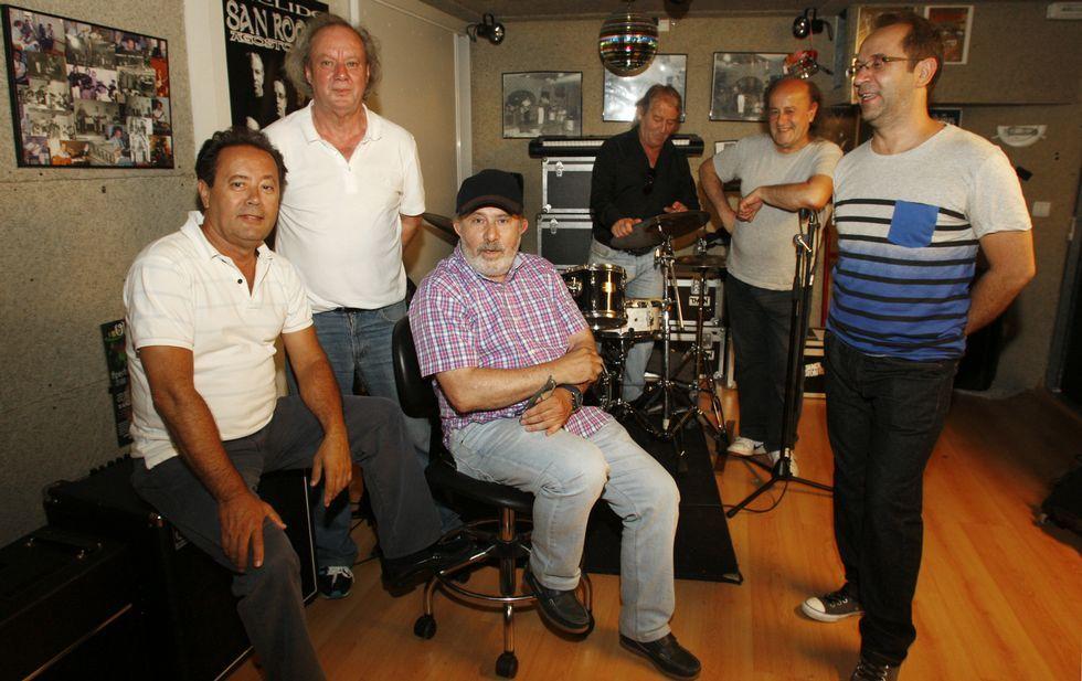 Tino Domínguez, con gorra y sentado, con el resto de los Black Stones en los estudios Litium.