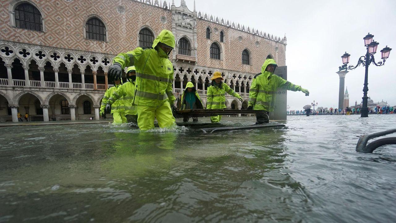 Las peores inundaciones en Venecia desde 1966.Una carretera inundada en Argame, Soto de Ribera (Asturias), en pleno temporal
