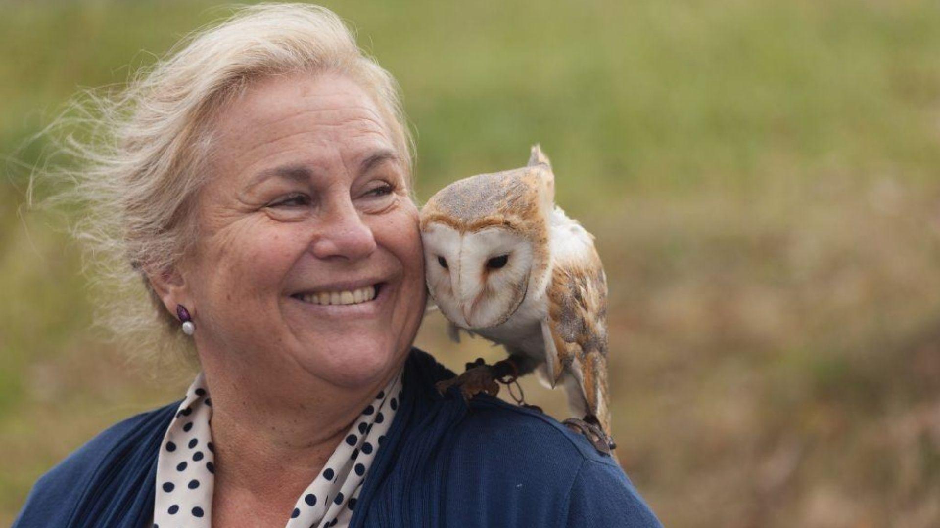 Las imágenes de la visita real a La Vega.Inma Adeba Vallina, premio Mujer Rural 2020 que concede la Red Asturiana de Desarrollo Rural (Reader), con su lechuza «Caruso»