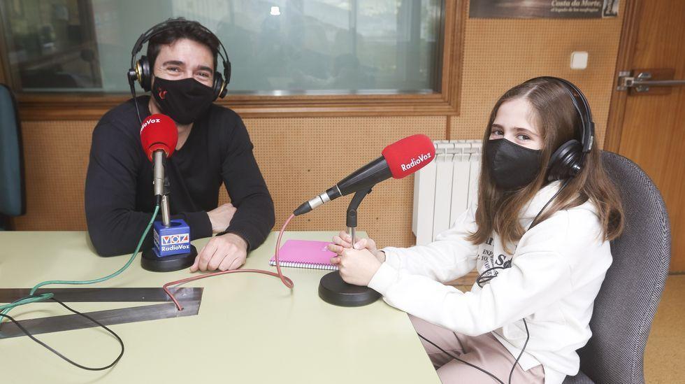 Fran e Lena Rodríguez, no estudo de Radio Voz Carballo, durante o sorteo de emparellamentos dos colexios