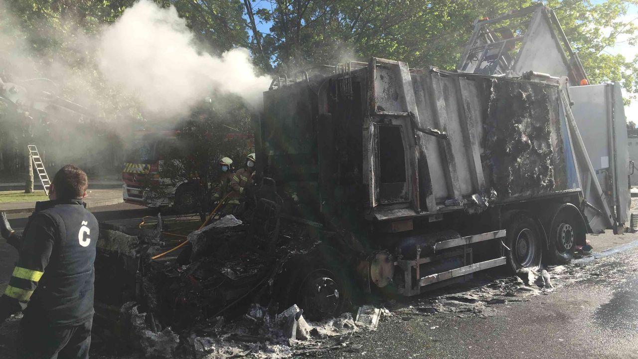 Camión de la recogida de basura calcinado en el parque del monte de Visma.Restos de botellón y marcas de frenadas por carreras ilegales en Vío.