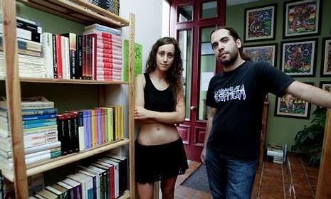 Alejandro Veira, que ya participó en otra librería gratuita en Madrid, y María Piñeiro.