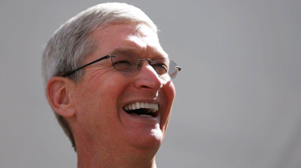 El presidente del Comité de Relaciones Exteriores del Senado, Bob Corker..Tim Cook, cofundador de Apple.