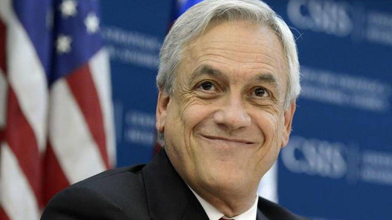 Sebastián Piñera, presidente de Chile.Mueble decrativo a base de vidrio. Una de las creaciones de Patricia Urquiola