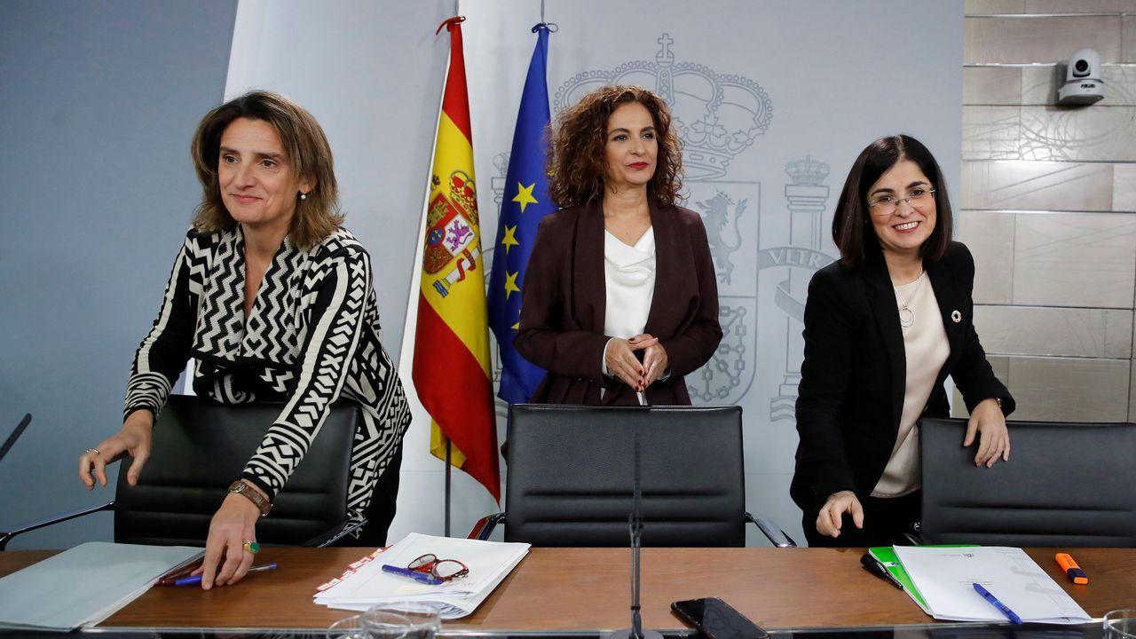 La ministra de Hacienda y Portavoz del Gobierno, María Jesús Montero (centro) junto con la vicepresidenta para la Transición Ecológica y el Reto Demográfico, Teresa Ribera (izquierda) y la ministra de Política Territorial y Función Pública, Carolina Darias