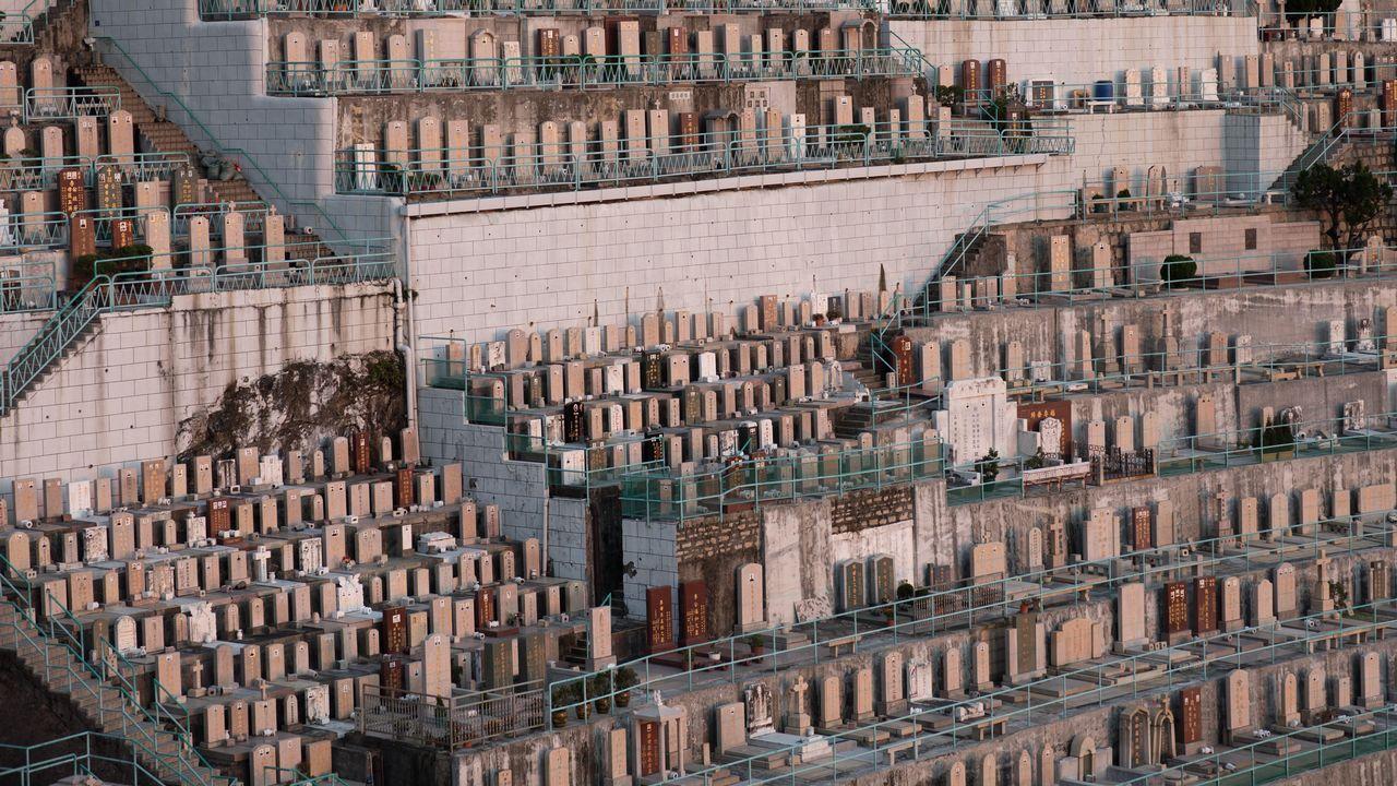 Vista de filas de tumbas en el cementerio Pok Fu Lam en Hong Kong, China. A medida que la ciudad se enfrenta a una escasez de espacio para los entierros, algunas familias recurren a formas novedosas de recordar a sus seres queridos