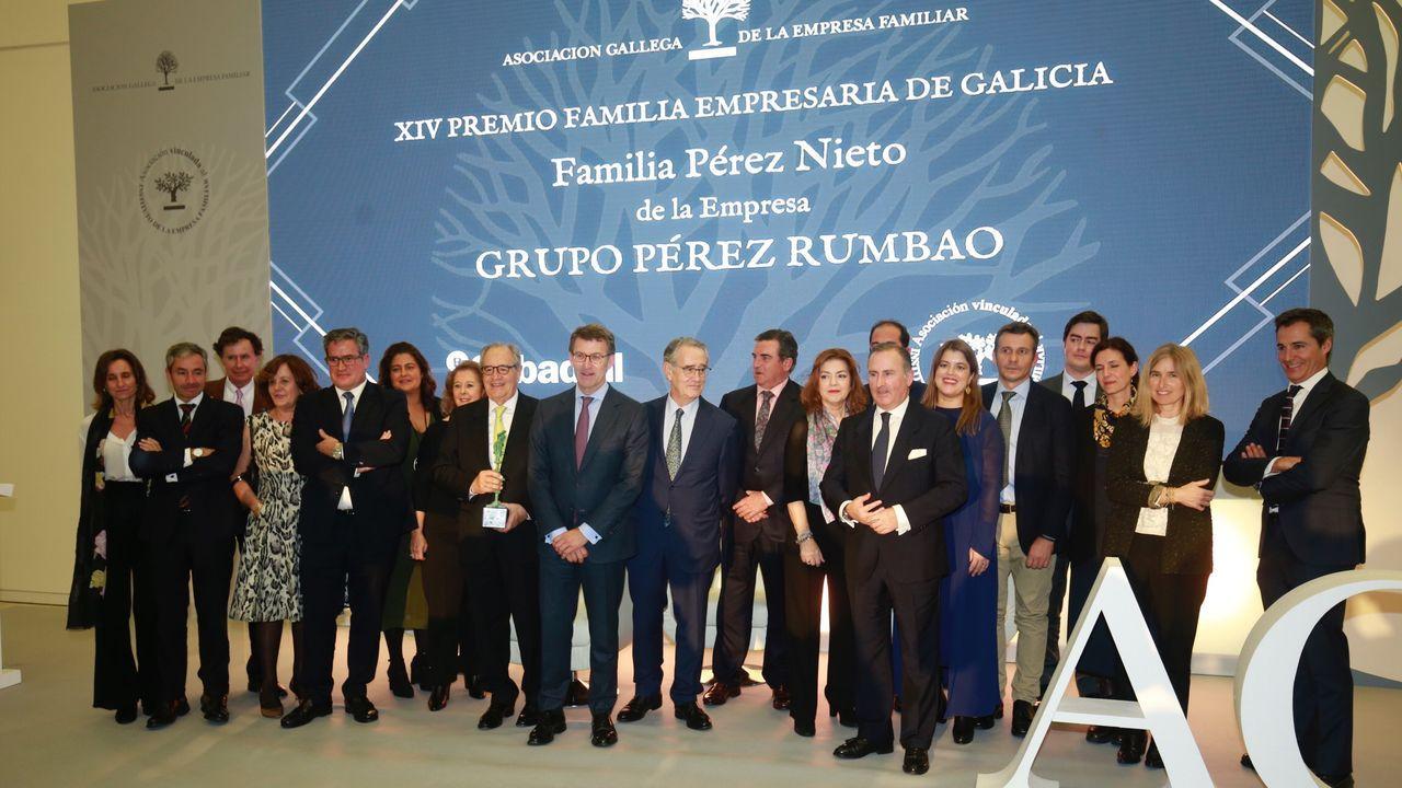 La empresa familiar homenajea a los Pérez Nieto.Ábalos, junto a Gonzalo Caballero, en un acto del partido en Santiago