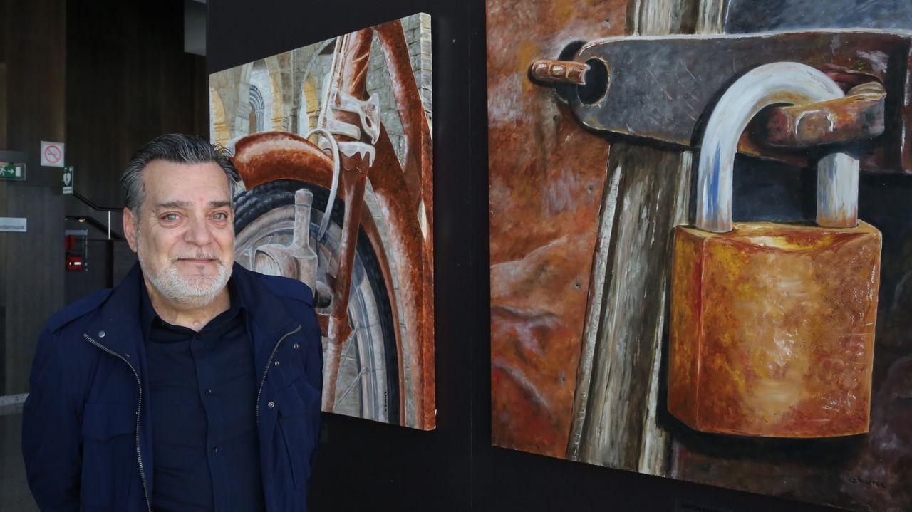 Antón Barros, junto a dos de sus obras