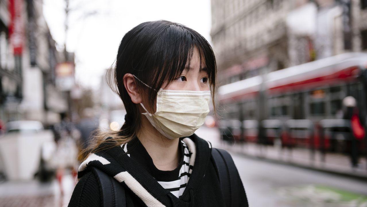 Más de 300 muertos por coronavirus en China, mientras disminuye el índice de gravedad.Personal médico de Indonesia rocía con antiséptico a los repatriados llegados de Wuhan.