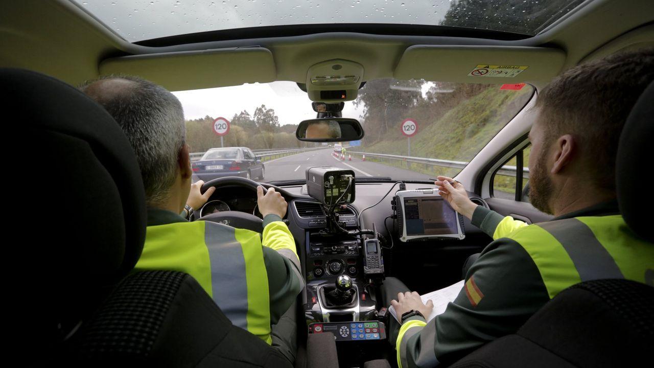 RADAR EN CARRETERA. Este es uno de los  coches patrulla de la Guardia Civil equipados con radar y que vigilarán las carreteras gallegas este verano