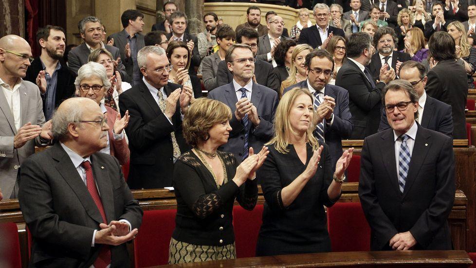 Artur Mas recibe el aplauso de sus compañeros de coalición, poco antes de comenzar el pleno.