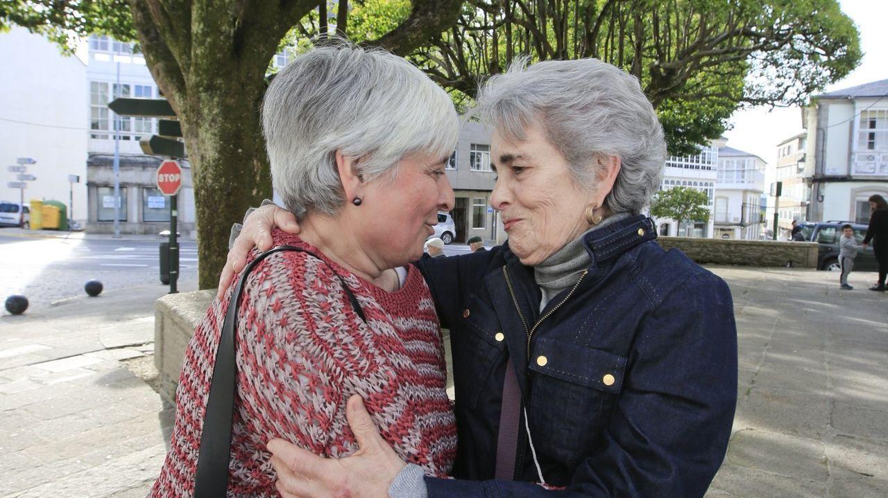La alcaldesa de Vilalba, a la izquierda, saludando a una vecina