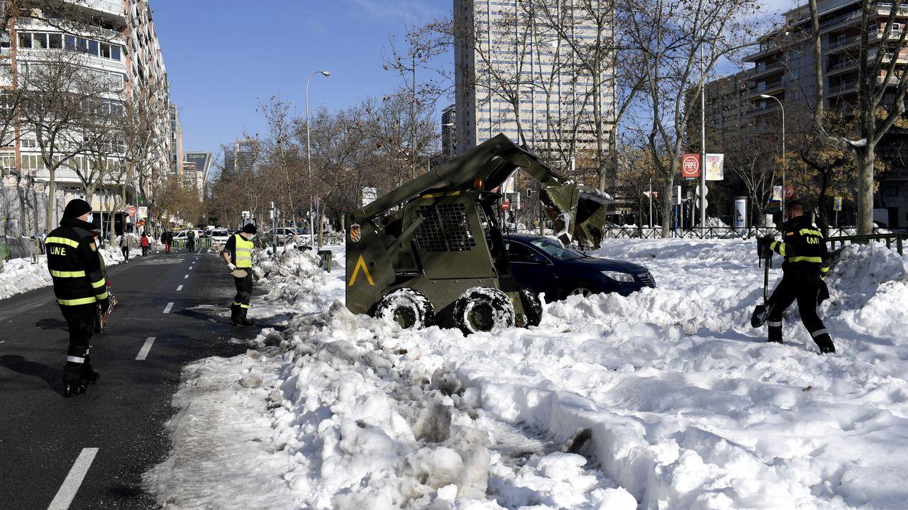 La trayectoria de Emilio Cuesta, en fotos.Una excavadora militar y varios operarios retiran la nieve en el Ministerio de Defensa, en el madrileño Paseo de la Castellana