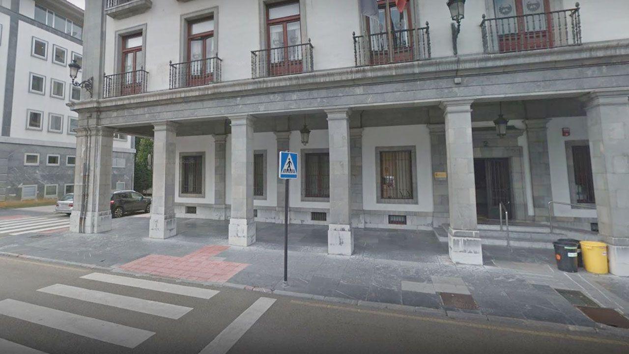 Estado de las termas en el paseo fluvial el Miño.Sede de la Confederación Hidrográfica del Cantábrico (CHC), en la plaza de España (Oviedo)