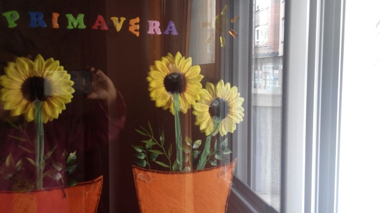 La ventana, adornada con flores de ganchillo que ha hecho durante su aislamiento en su habitación