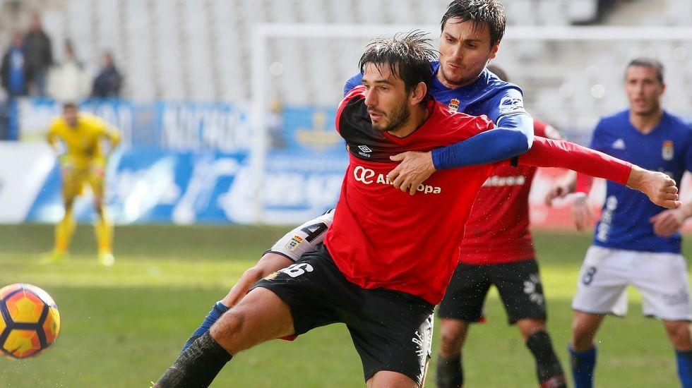 Michu Real Oviedo Nastic Carlos Tartiere.Jonathan Vila disputa un balón con Lekic en el RealOviedo-Mallorca