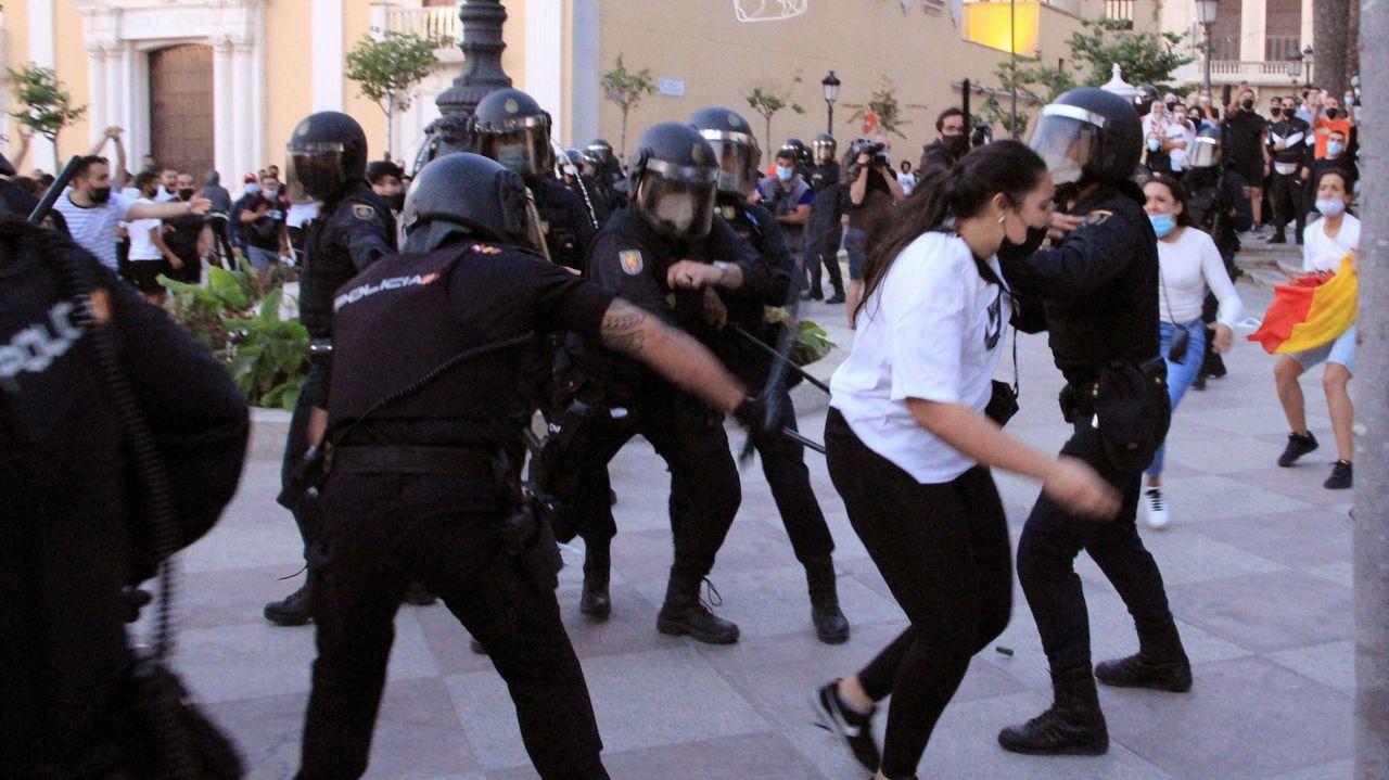 Miembros de la Policía Nacional cargan para contener los manifestantes tras la suspensión del mitin de Vox en Ceuta