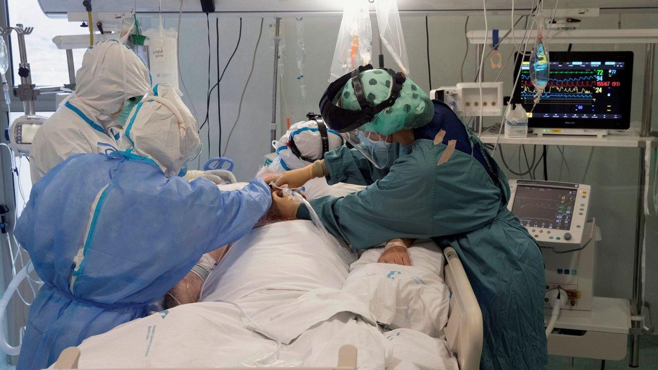 Sanitarios de la unidad de cuidados intensivos del Hospital Santa Lucia de Cartagena, atendiendo a un paciente