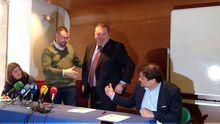Adrián Barbón tiende la mano a Ramón Argüelles ante la mirada de Gimena Llamedo y Alejandro Suárez..Adrián Barbón tiende la mano a Ramón Argüelles ante la mirada de Gimena Llamedo y Alejandro Suárez.