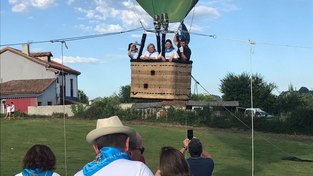 Susana López Ares y Mercedes Fernández se suben en un globo en El Carmín