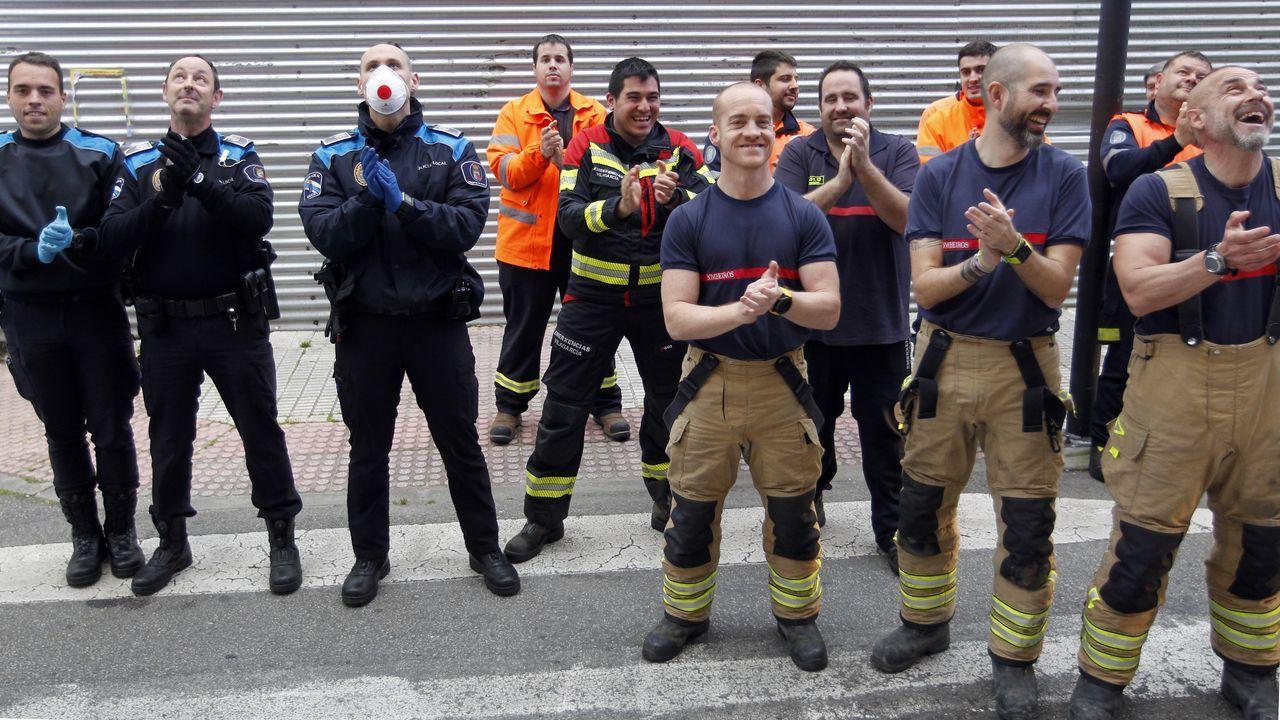 8 de abril, día 25 de confinamiento. Mientras los contagios ya remiten en toda España y el número de hospitalizados en Galicia empieza a bajar, se suceden en la comunidad los gestos de ánimo y reconocimiento a los que sufren o están en primera línea. En la imagen, los usuarios de la residencia, los bomberos, Protección Civil y la Policía Local de Vilagarcía se dedican un aplauso mutuo.
