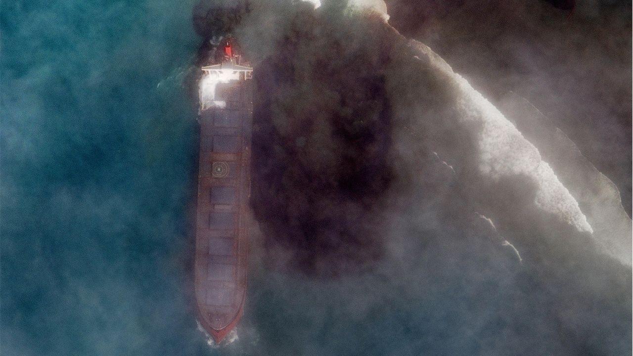 Imagen de satélite del buque embarrancado, soltando fuel en la costa de la isla