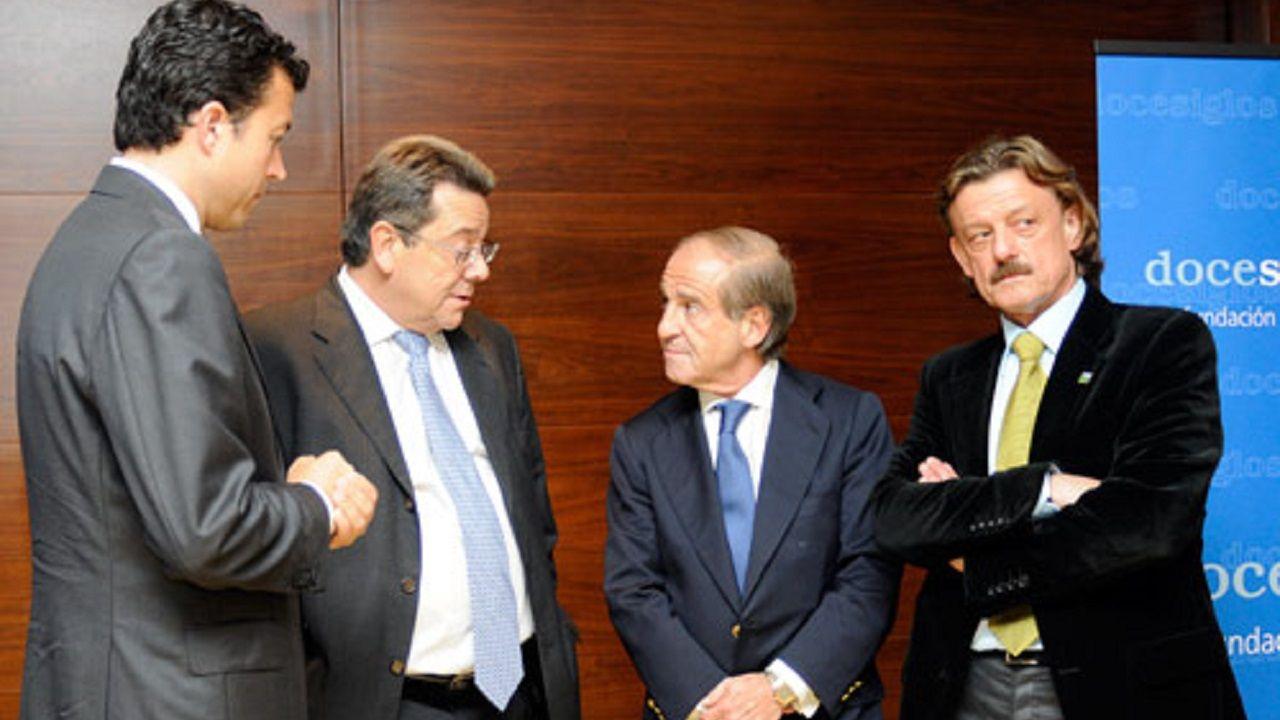 Miguel Cano, segundo por la izquierda, en un acto