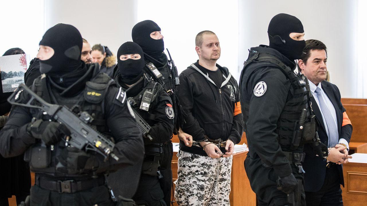 Agentes con pasamontañas y fusiles automáticos han trasladado a los acusados (en primer término el empresario Miroslav Marcek) a la sala del tribunal