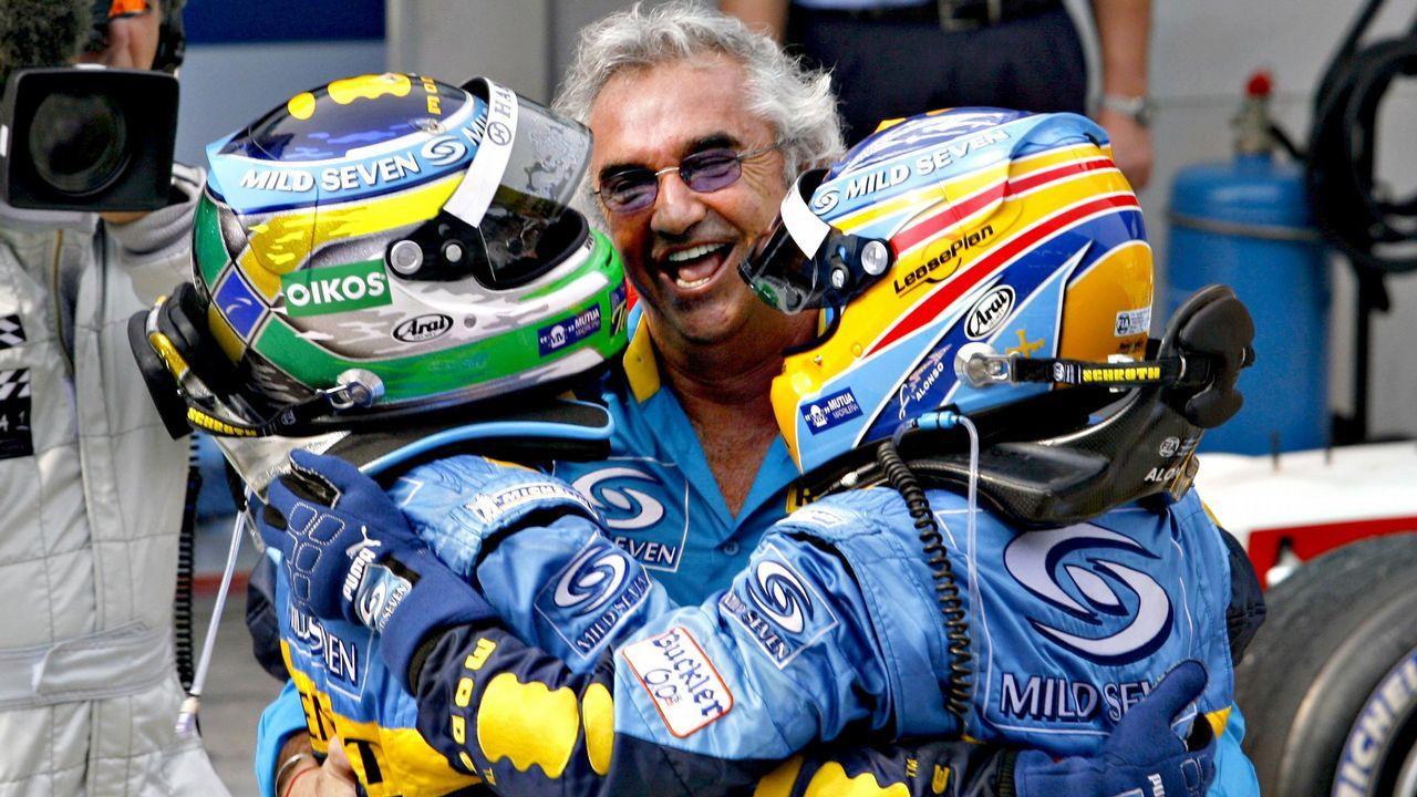 Briatore, Alonso y Fisichella se abrazan tras obtener un segundo y primer puesto respectivamente en el año 2006 en Malasia