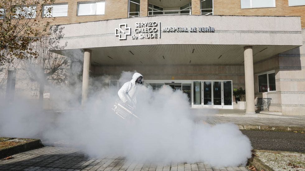 Labores de desinfección a las puertas del Hospital Comarcal de Verín