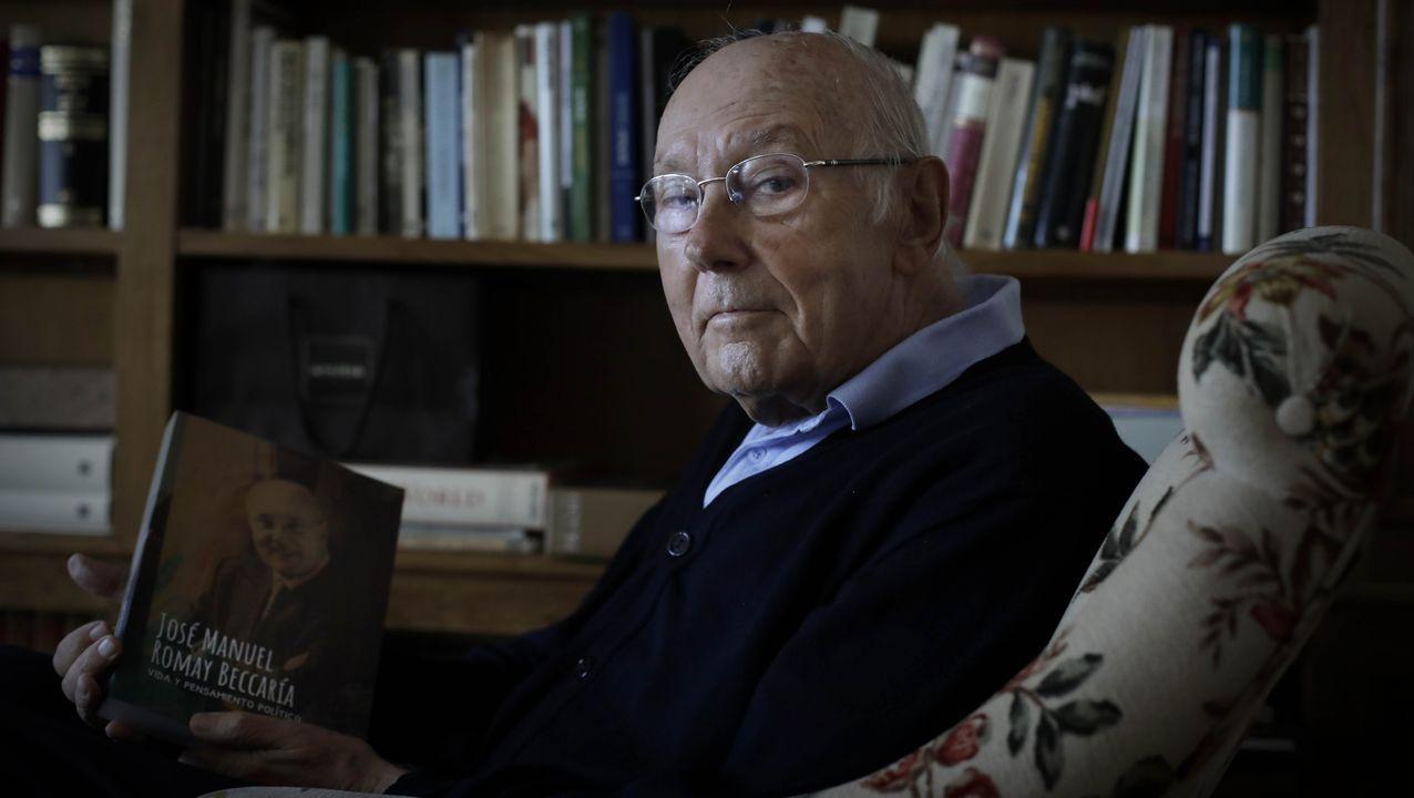 Romay Beccaría muestra un ejemplar de sus memorias en el salón de su casa