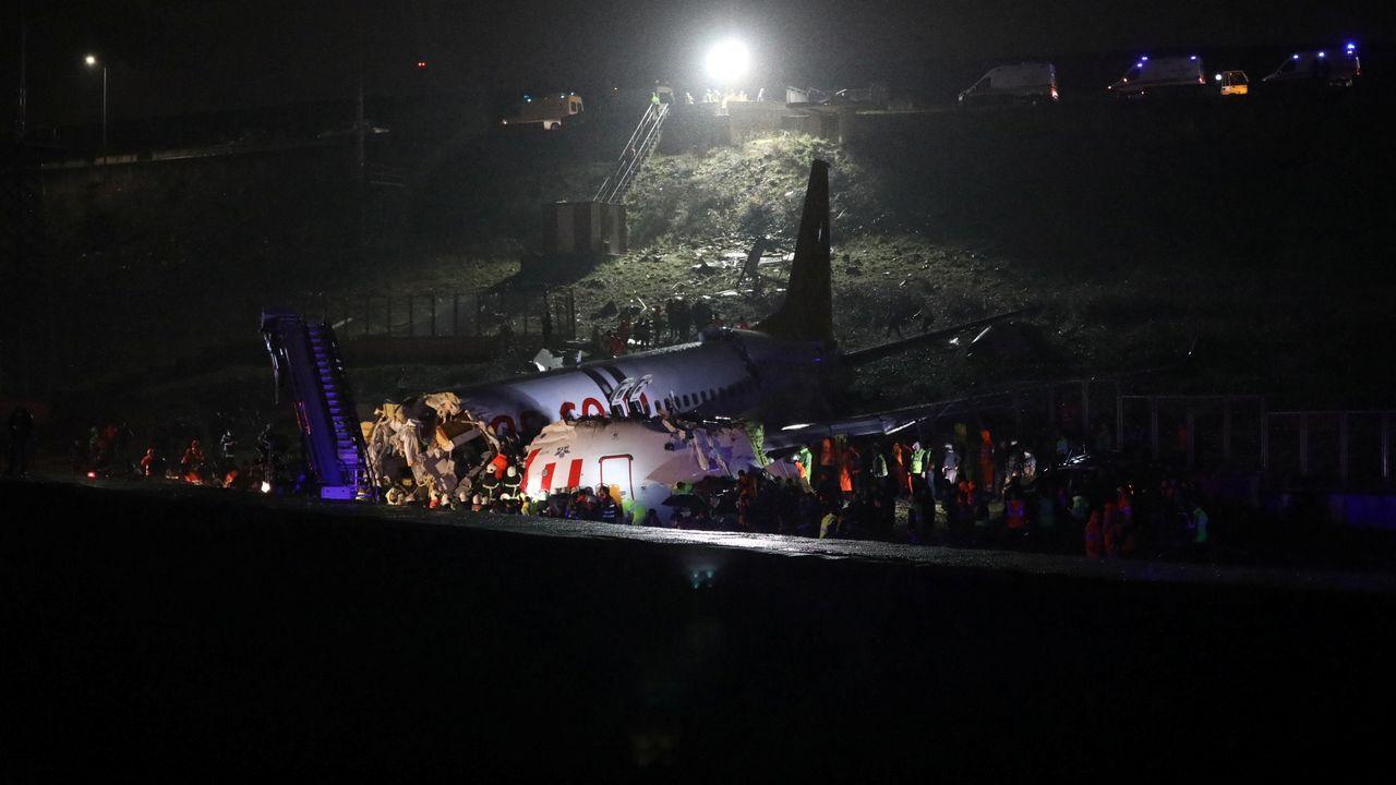 Un avión se sale de la pista de aterrizaje en Estambul y se rompe.150 personas murieron al estrellar deliberadamente el copiloto un avión de la aerolínea Germanwings contra los Alpes franceses