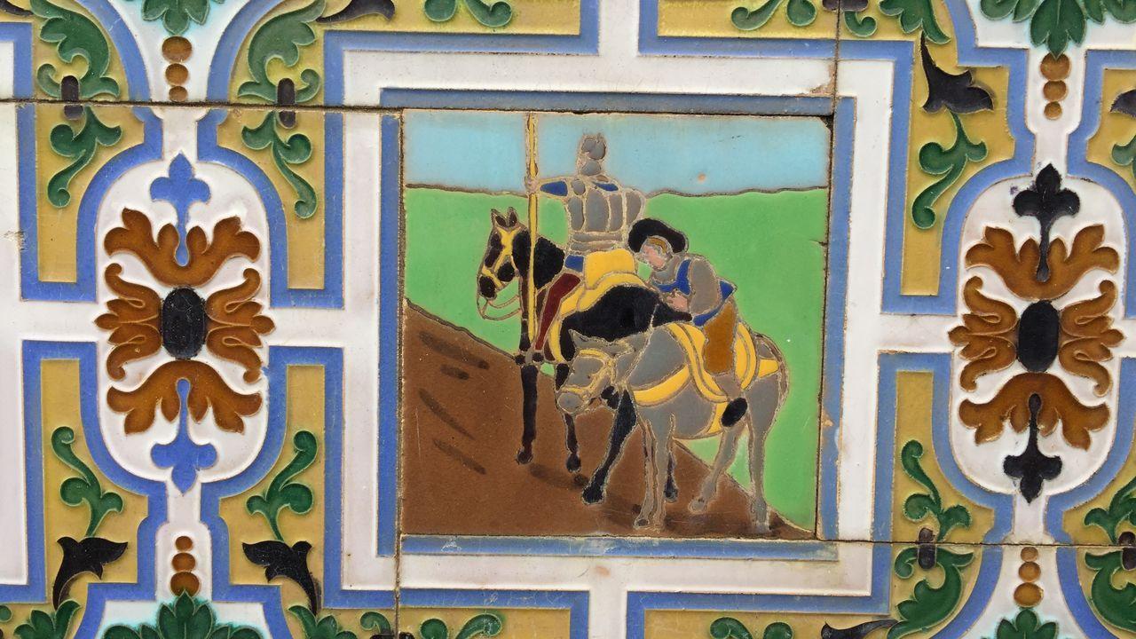 El Quijote, en azulejos en una casa de Ponte Caldelas.El ribadense Narciso Obanza y su familia