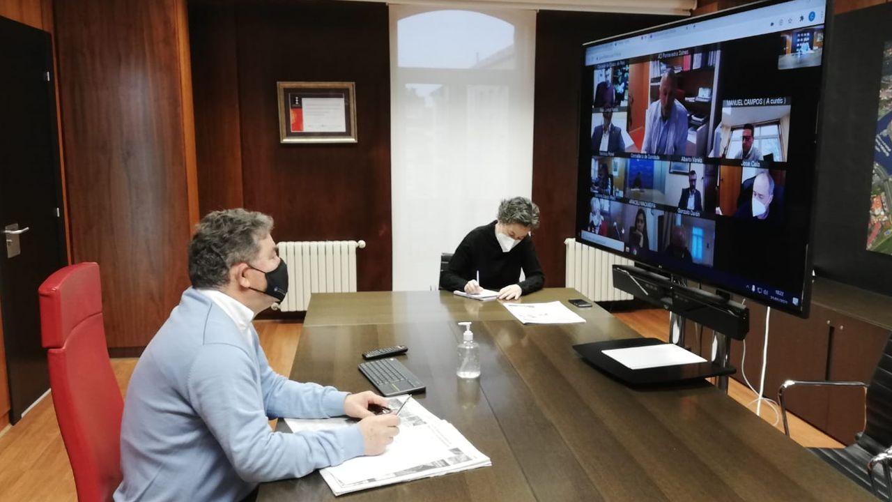 El alcalde de Pontevedra. Miguel Anxo Fernández Lores (BNG), asiste a la reunión con otros regidores y el gerente del área sanitaria para analizar la evolución de la pandemia