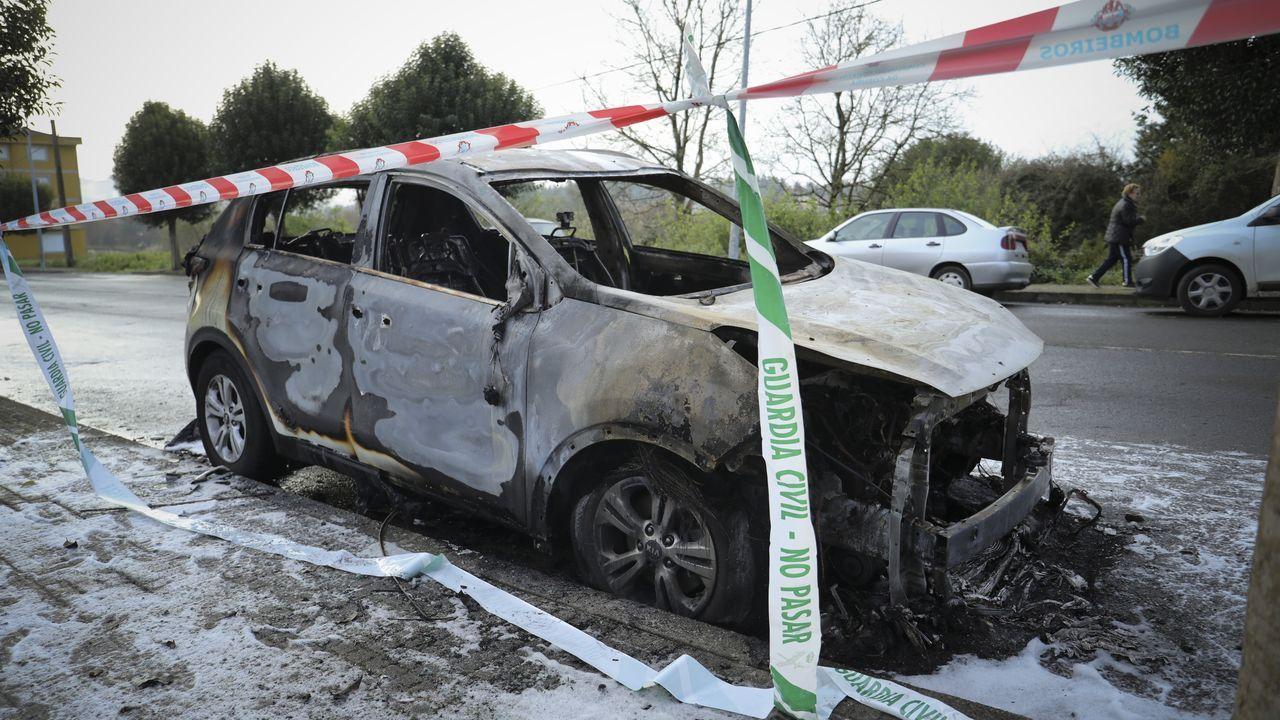 Un coche con cristales rotos en Teatinos