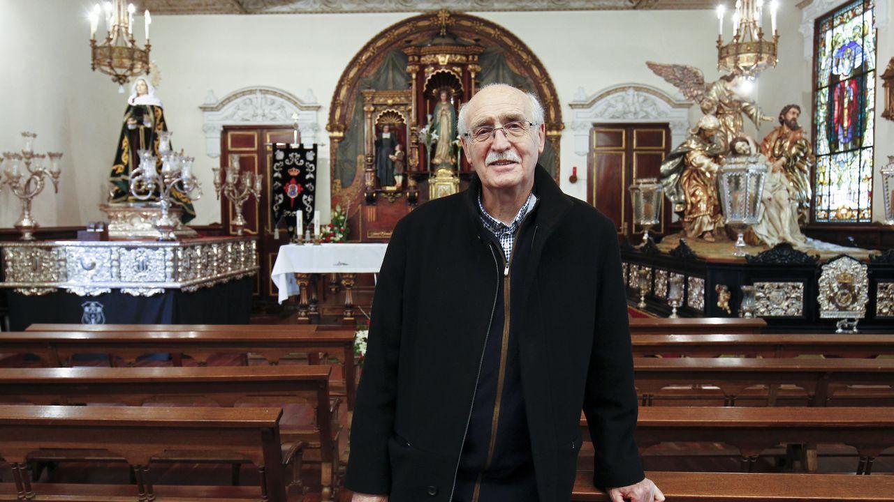 Semana Santa de Viveiro. Procesión del Ecce-Homo.Ismael, junto al paso de La Piedad, disfruta con los preparativos y viendo las procesiones