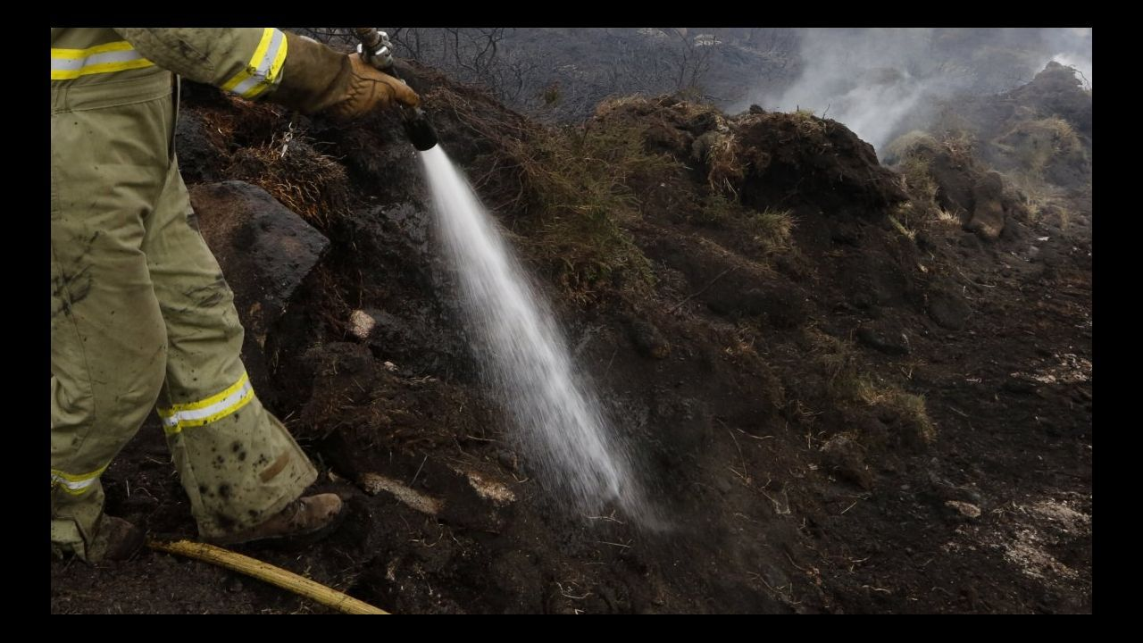 El incendio entre Quiroga y O Courel afecta ya a 100 hectáreas.Un trabajador de la Brif contempla el frente de llamas del incendio forestal de Ibias