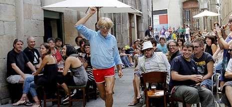 Llegada triunfal de Feijoo al comité de dirección del PP gallego.El bailarín Mauricio González ofreció un espectáculo de danza e improvisación.