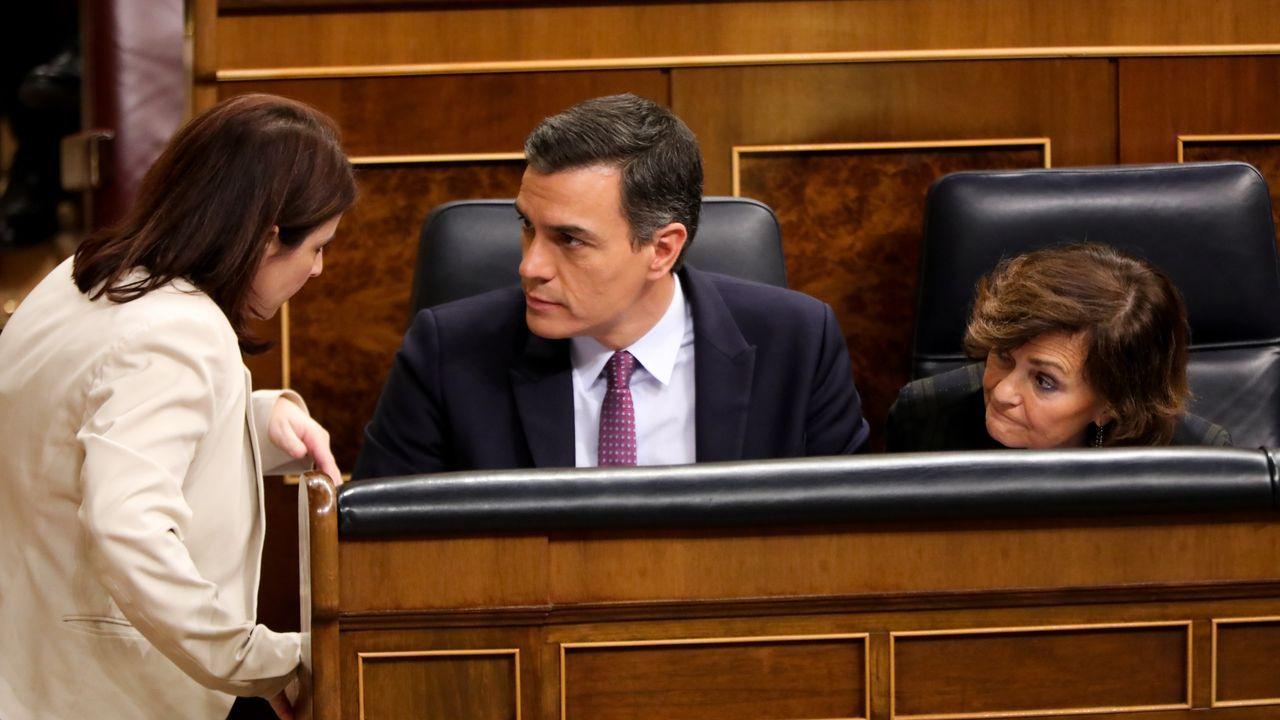 Sánchez comparece tras plantear a los presidentes autonómicos una nueva prórroga.Pedro Sánchez y Carmen Calvo charlan con su compañera Adriana Lastra