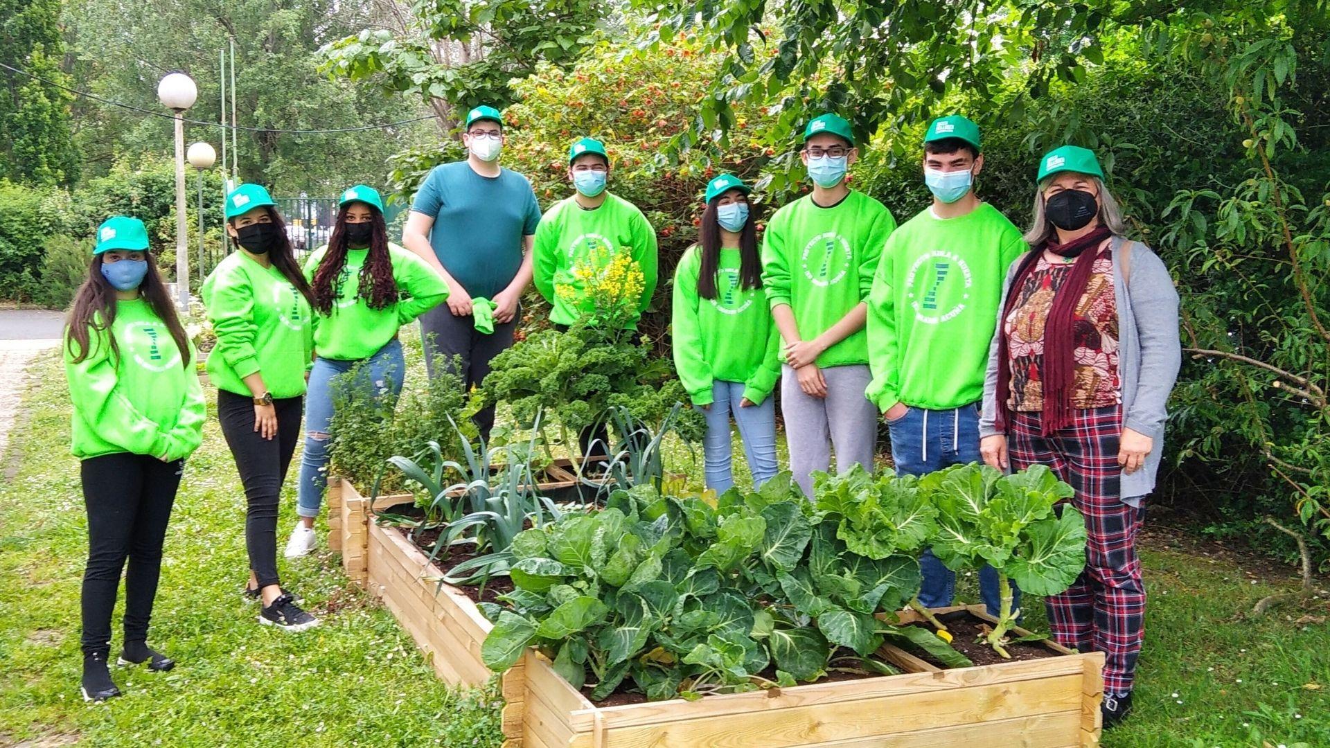 Parte del equipo que se encarga del huerto ecológico del IES Rosario Acuña de Gijón, ante uno de los bancales