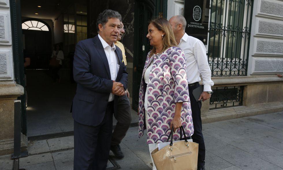 Fernández Lores recibió a Carmela Silva en la entrada del Concello de Pontevedra.