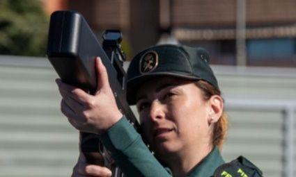 EL ANTIDRÓN. Una agente muestra el funcionamiento del sistema de neutralización de drones, un arma antidrón que interfiere la señal que recibe el dron en situaciones de riesgo
