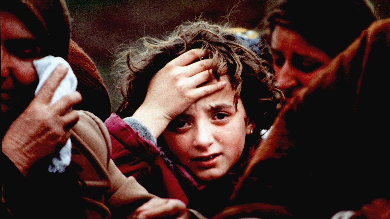 La crisis sanitaria inicia el mes de junio con desigualdades en los distintos países y territorios.Una mujer es desinfectada en Tirana, Albania, antes de entrar en un supermercado