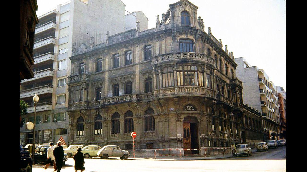 Edificio que albergó la Academia Ojanguren y luego el Colegio San Ignacio, entre las calles Cervantes y Marqués de Teverga de Oviedo
