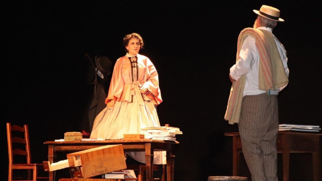 Un momento da representación da obra «A pluma viva de Rosalía»