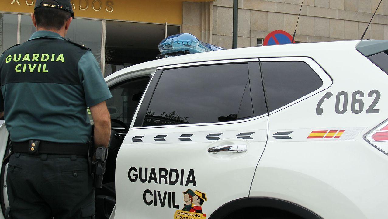 Robo en la oficina de Caixa Rural Galega en A Pastoriza.Miembros de Amigos do Miño retiraron unos 25 kilos de basura