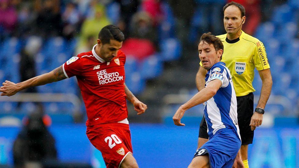 La etapa de Gaizka Garitano en el Deportivo, en fotos.Mosquera, ante Vitolo y con Mateu detrás, disfrutó contra el Sevilla su última titularidad.
